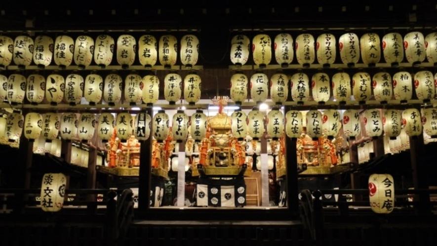 【祇園】八坂神社は7月に行われる祇園祭で有名な名所。写真の舞殿の提灯は圧巻の迫力です