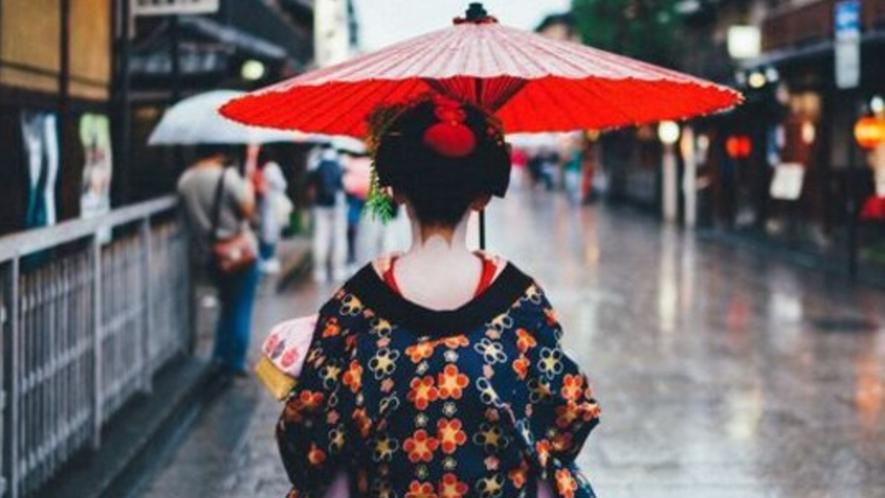 【祇園・東山】祇園周辺に行くと見かける舞妓さん。舞妓は20歳までの呼称。それ以降は芸妓となる