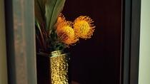 【館内デザイン】フロントにはかわいらしいお花もございます