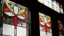 【レストラン店内】ステンドグラスから差し込む優しい光が優雅な空間を演出します