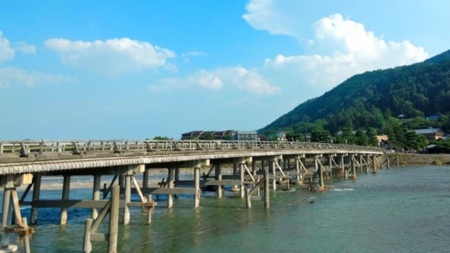 【嵐山】渡月橋は四季折々の姿を見せてくれる魅力があり、葛飾北斎の浮世絵でも知られる