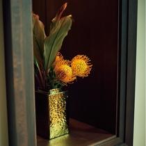 【館内デザイン】フロントにはかわいらしいお花もございます。