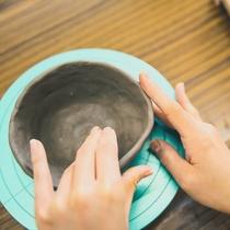 【清水焼団地】職人の横で直接指導の陶芸体験などをお楽しみいただけます。