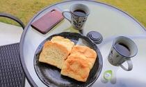 広いバルコニーでアイランドヒルズ瀬底オリジナルブランド珈琲とメロン食パン