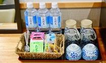 お部屋備え付けのちんすこう、黒糖、お水、紅茶