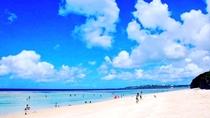 施設から2分の所にある瀬底ビーチは全長約800メートルの白浜のビーチが広がる