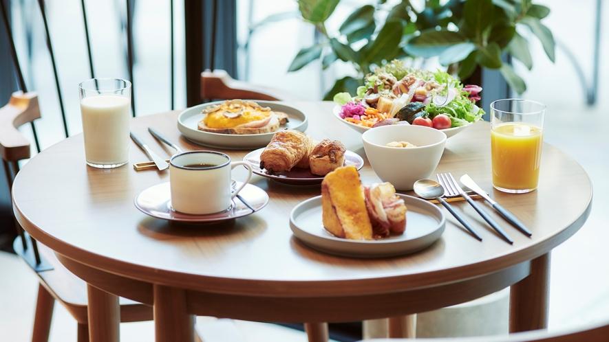 朝食のメイン料理はフレンチトースト・卵料理・和定食からお好きなものを