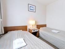 【ツインルーム】ゆとりのあるシングルベッドを二台設置したツインルーム
