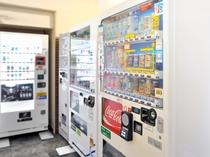 【ロビー】ご宿泊者様がご自由に利用いただける多種多様な自動販売機も設置しております。