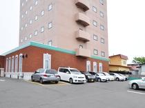 【駐車場】ホテル敷地内に専用駐車場がございます