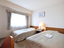 【ツインルーム】ホワイトを基調とした清潔感のあるお部屋でございます。