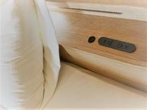 ベッドの枕元には、個人用の電源