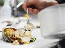 新鮮な魚介類を丁寧に料理し、逸品に仕上げます。ソースはパンにつけてもOK!