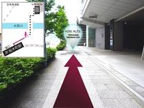 ⑥直進しますと前方右側に「横浜桜木町郵便局」の赤いポストが見えます。