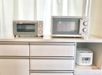 オーブンと電子レンジ以外にも炊飯器やポットも完備♪