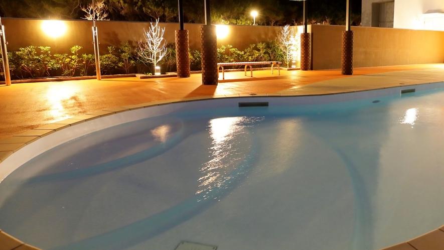 【ドッグプール】屋外プールは営業時間内思いっきり水遊びが楽しめます