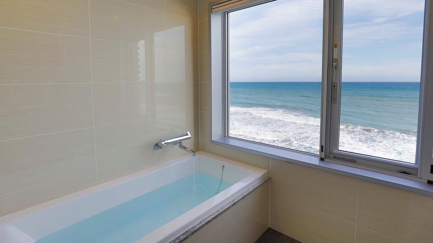 【バスルーム】海を眺めつつ、ゆったりとバスタイムを