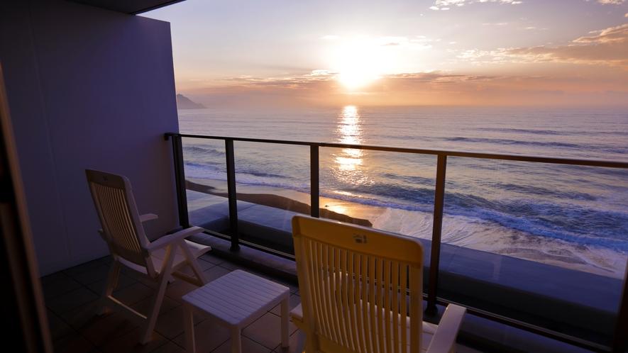 テラスに腰を下ろせば、海風と広大な景色を独り占め
