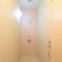 【シャワー室】海やプールに入った後に体を流せるシャワー室もご用意