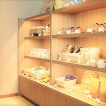 【売店(8:00~22:00)】レジーナリゾートオリジナル商品や愛犬用などの販売を行なっております。