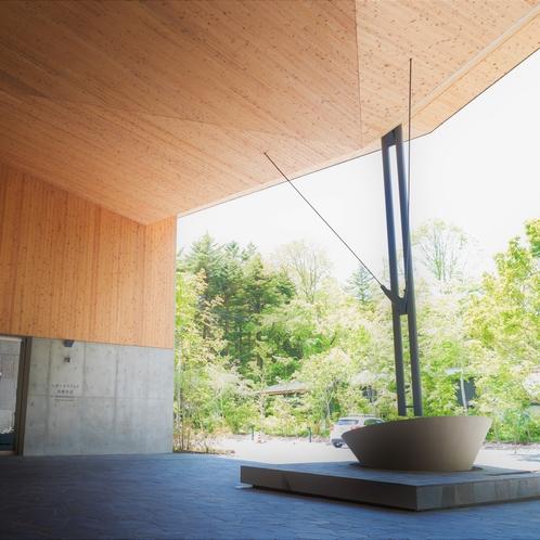 【正面玄関】開放感のある天井のたかい玄関