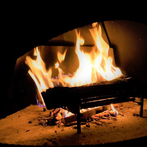 【バーラウンジ】寒い季節は暖炉に炎がゆらぐ