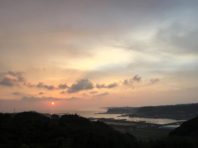 宿からの朝陽