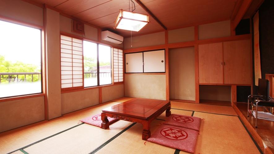 ■【和室10畳】大きな窓から四季の移ろいを感じられます☆