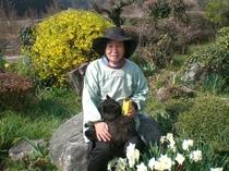 愛猫を抱いた柿農園代表