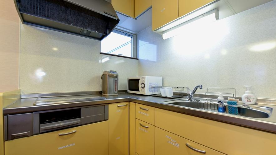 ・電子レンジや冷蔵庫、調理器具もあり、自炊もOK