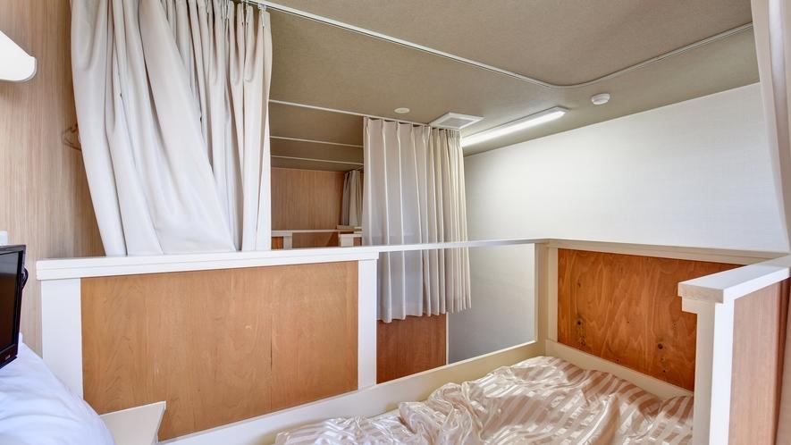*【大部屋(2段ベッド)】上段の様子。天井も高く、比較的広いスペースです