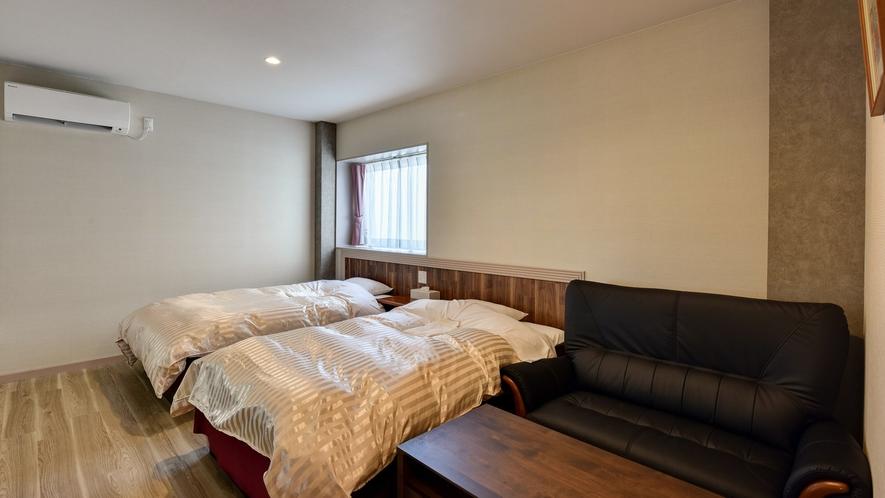 *【喜水館(ツイン)】こだわりのベッドに、木目の床と落ち着いたカラーのお部屋