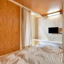 *【大部屋(2段ベッド)】下段の様子。枕元にはコンセントも完備しております