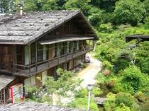 (外観画像)築130年板葺石置屋根の母屋