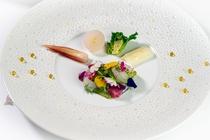 春の福井産鮮魚、真烏賊、帆立のカルパッチョ バジル風味