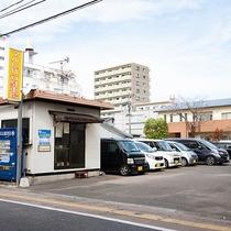 *提携駐車場/当館正面にあり、平面駐車場です。普通車 700円 /1泊(15:00~翌11:00)