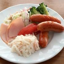 ★【朝食バイキング一例】何かと不足しがちなお野菜は、当ホテルでしっかりチャージ!