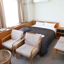 *2016年一部客室リニューアル*ダブルルーム一例。広いベッドでごゆっくりお過ごしいただけます。