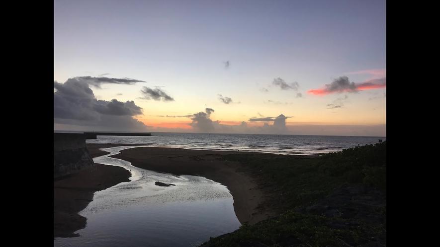 [景観]ホテルから徒歩約2分の海辺から見る朝陽