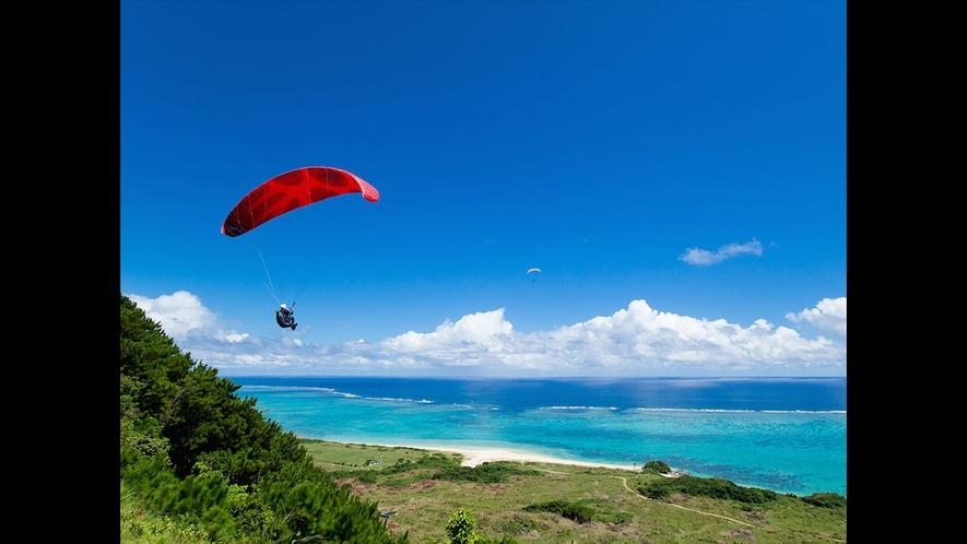 【周辺】潮風を含んだ山肌の上昇気流に乗って海原めがけてテイクオフ!