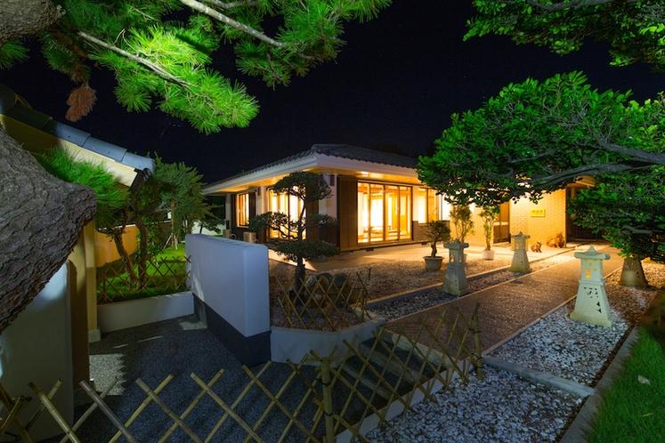燦鐘苑 川平の宿(夜の外観)