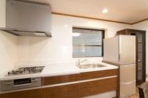 冷蔵庫・電子レンジ・炊飯器・ガスコンロ・調理器具・食器一式あります