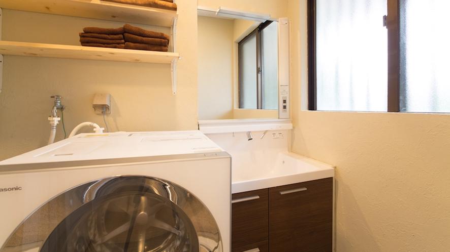 【本邸】 洗面台とドラム洗濯乾燥機