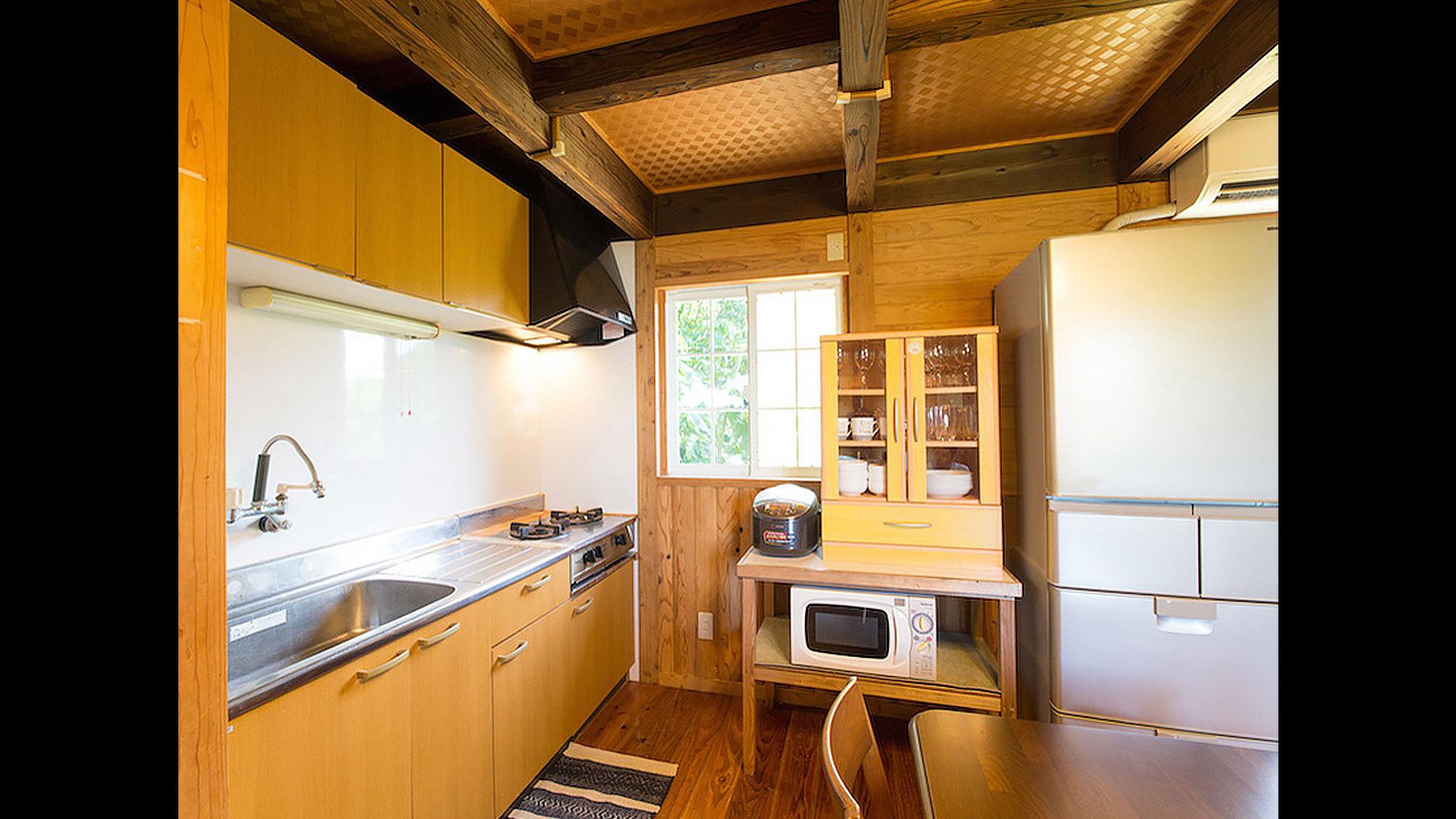 キッチンは冷蔵庫・電子レンジ・炊飯器・ガスコンロ・食器・調理器具一式完備