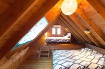 室内はすべて木造りログハウス風