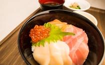 1階レストランの料理一例(海鮮丼)