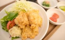 1階レストランの料理一例(唐揚げ定食)