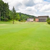 *外観/ホテル併設のゴルフ場は自然の地形を活かしたリゾートコース