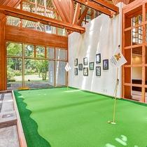 *館内・パター練習場/雨の日も安心、気軽に練習できるスペース