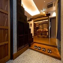 玄関 階段箪笥がお出迎えします。